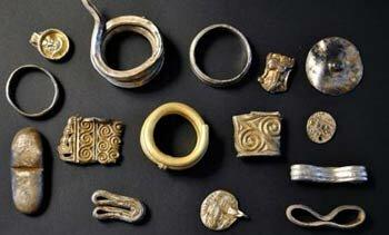 Кладоискатели нашли в Дании 3 кг серебряных украшений